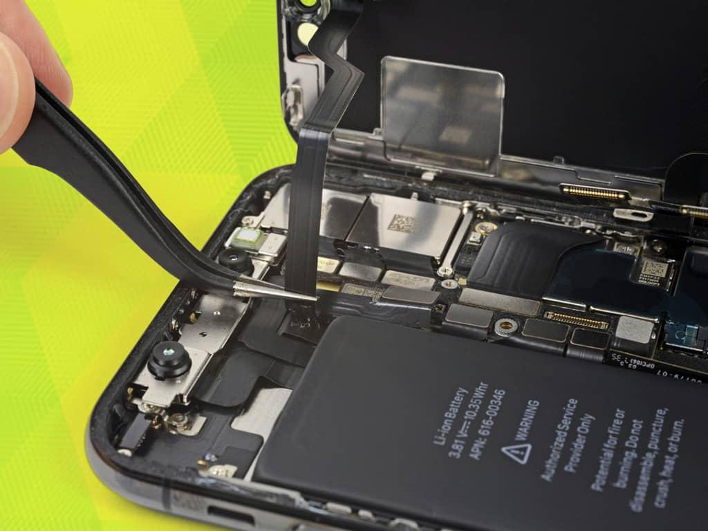 Мастер производит замену дисплея на iPhone | KiberCentre.ru