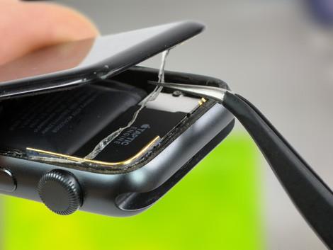 Специализированный мастер СЦ разбирает Apple Watch 2