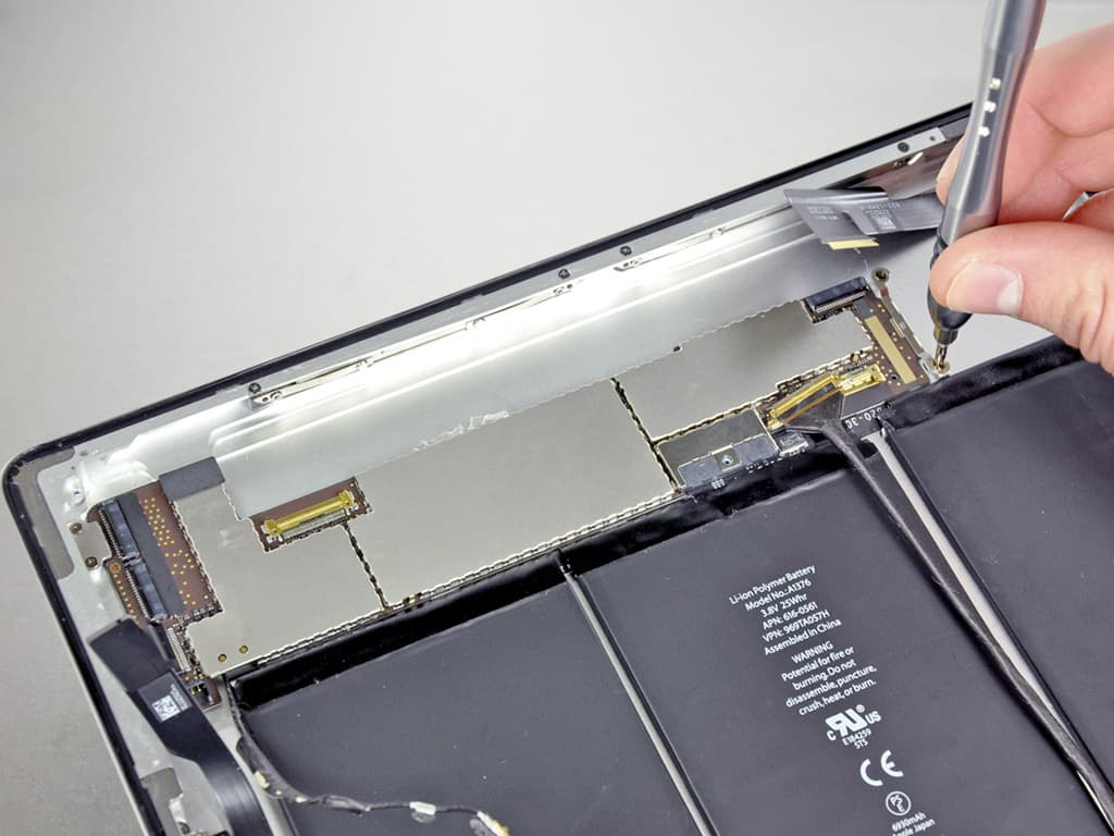 Мастер производит ремот iPad 2 | KiberCentre