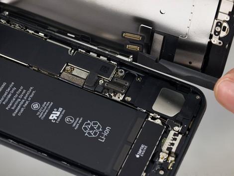 Дисплей и корпус в открытом состоянии на iPhone 7