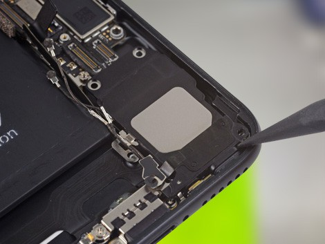 Мастер меняет динамик на iPhone 7