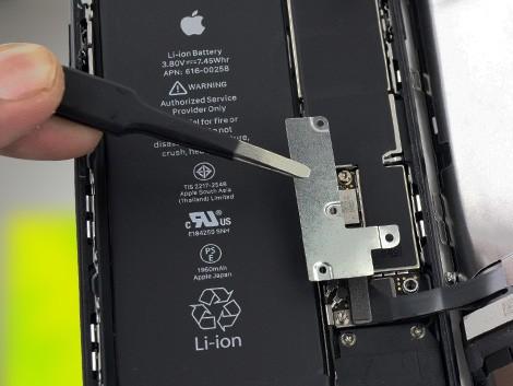 Мастер производит замену корпуса на iPhone 7