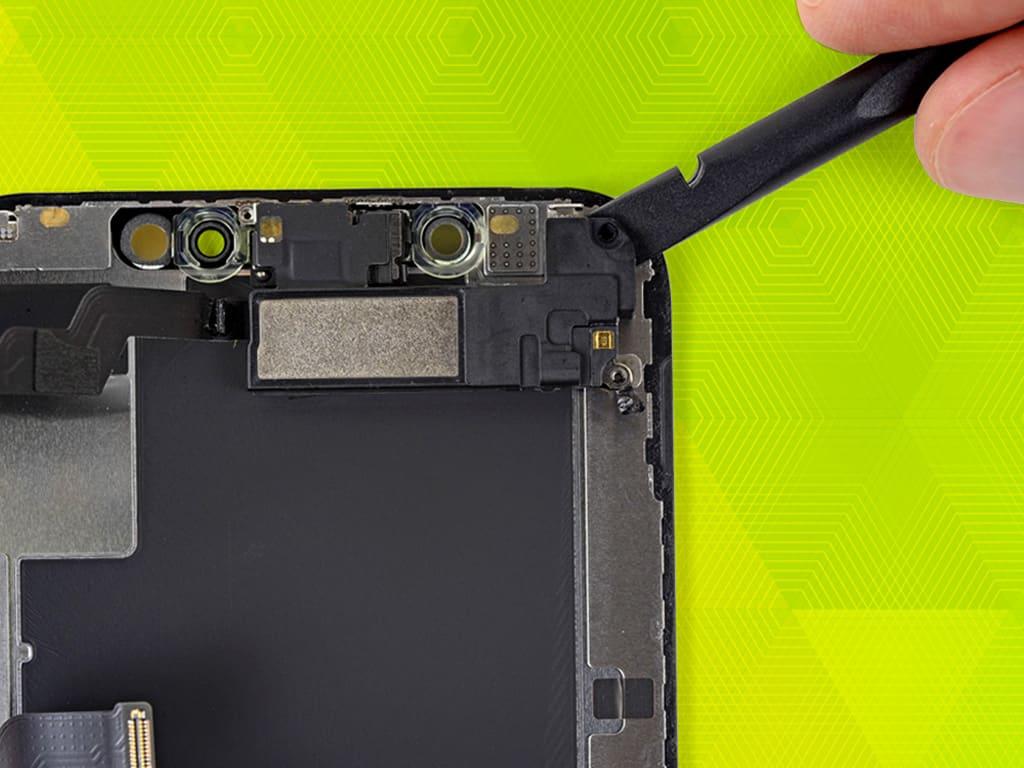 Мастер производит замену экрана на iPhone | KiberCentre.ru