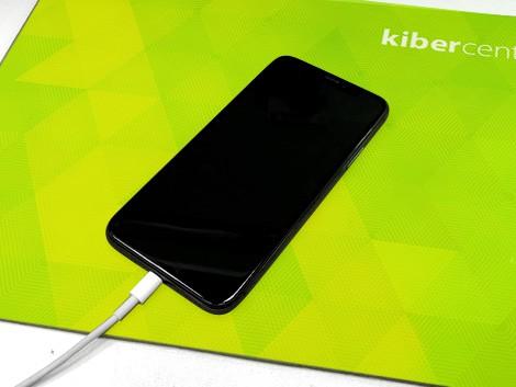 iPhone лежит на столе