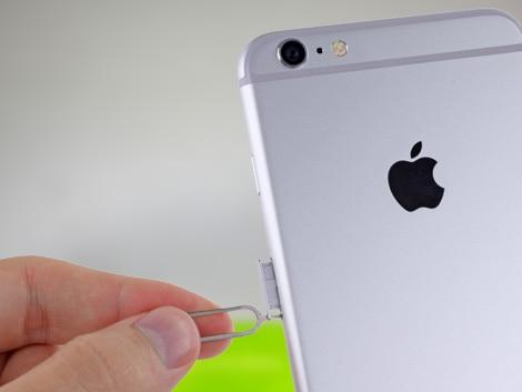 Мастер вытаскивает лоток из iPhone 6 Plus