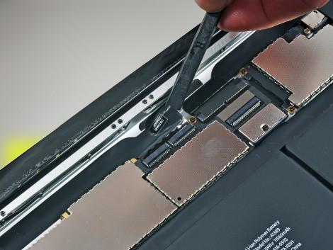 Мастер производит замену экрана iPad 3