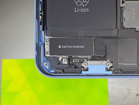 Деталь разъёма зарядки iPhone XR
