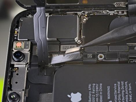 Мастер производит замену старого дисплея на новый на iPhone X