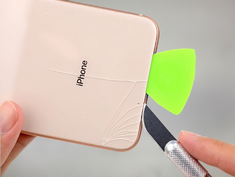 Лопнувшее стекло на корпусе у IPhone 8 Plus