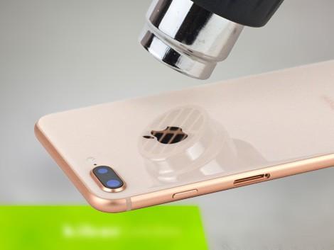 Мастер производит разогрев заднего стекло для его замены IPhone 8 Plus