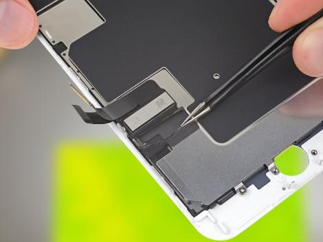 Сотрудник СЦ производит замену экрана iPhone на 8 Plus