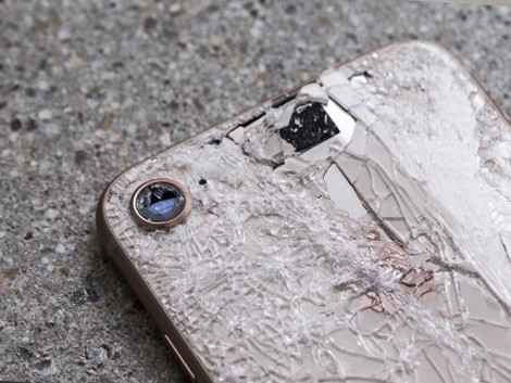 Разбитый задний корпус iPhone 8