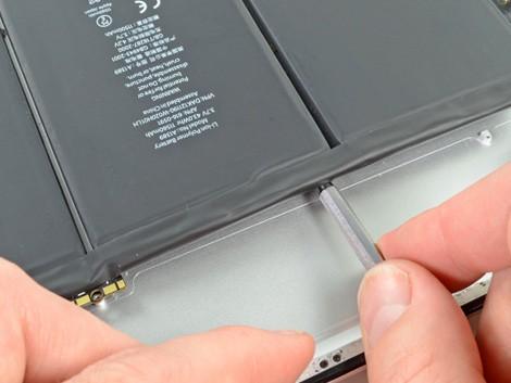 Мастер производит установку батарейки iPad 4