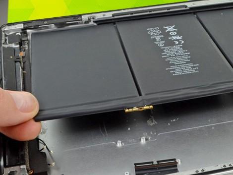 Специалист СЦ снимает старый аккумулятор iPad 4 | KiberCentre