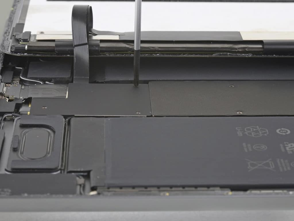 Сотрудник сервисного центра производит замену стекла iPad | KiberCentre