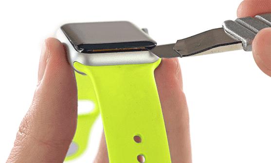 Мастер снимает дисплей с Apple Watch 5
