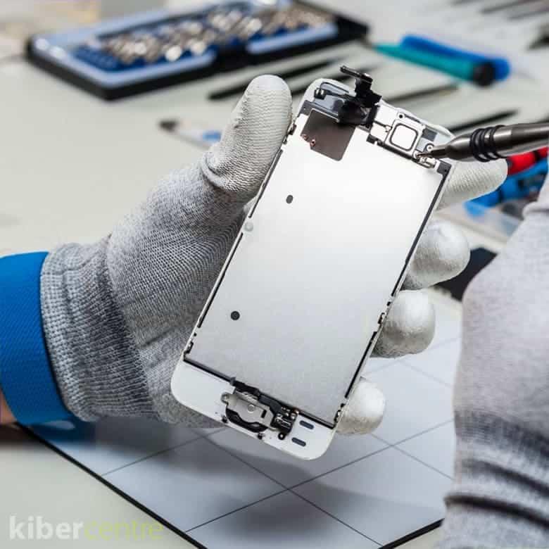 Мастер ремонтирует айфон