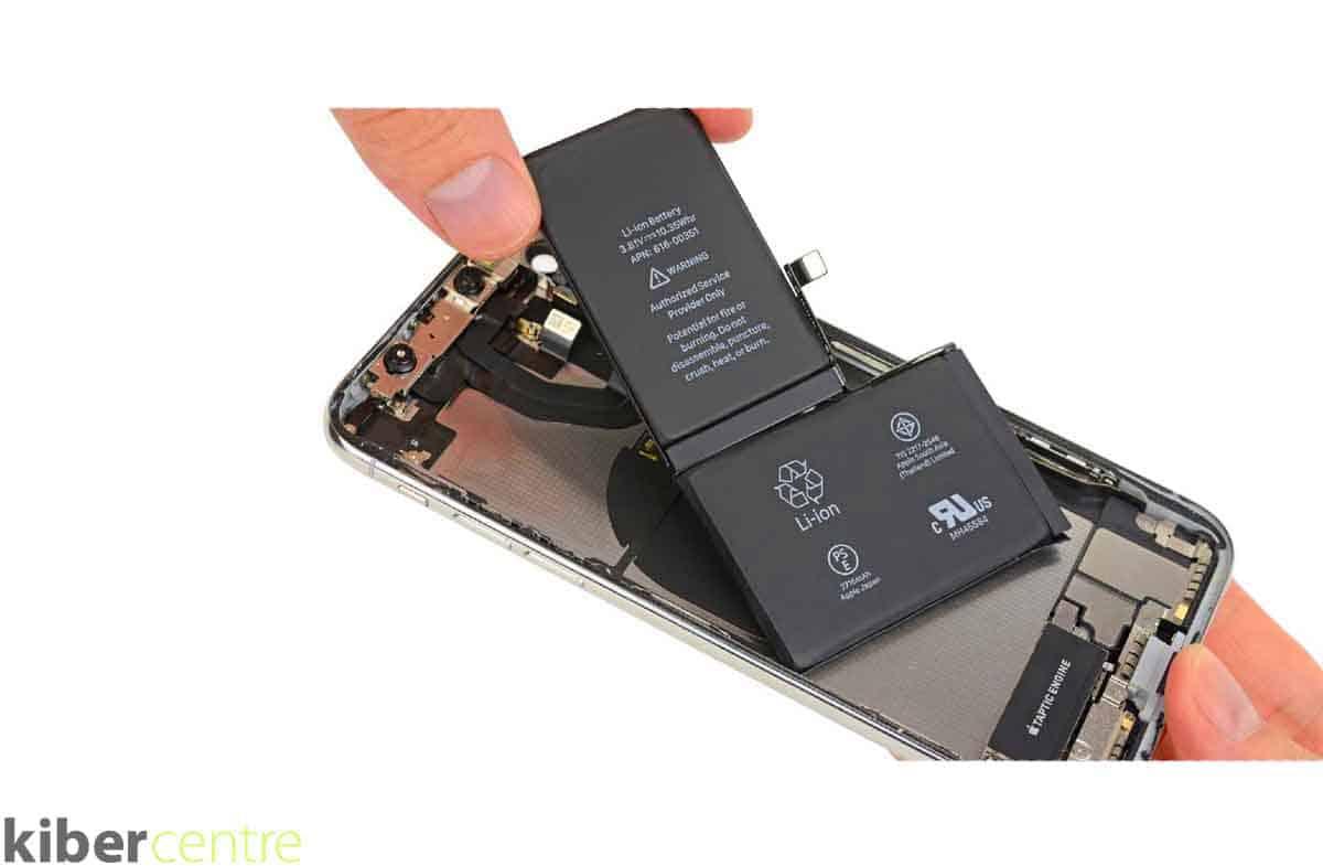 Мастер производит замену корпуса iPhone 11 Pro