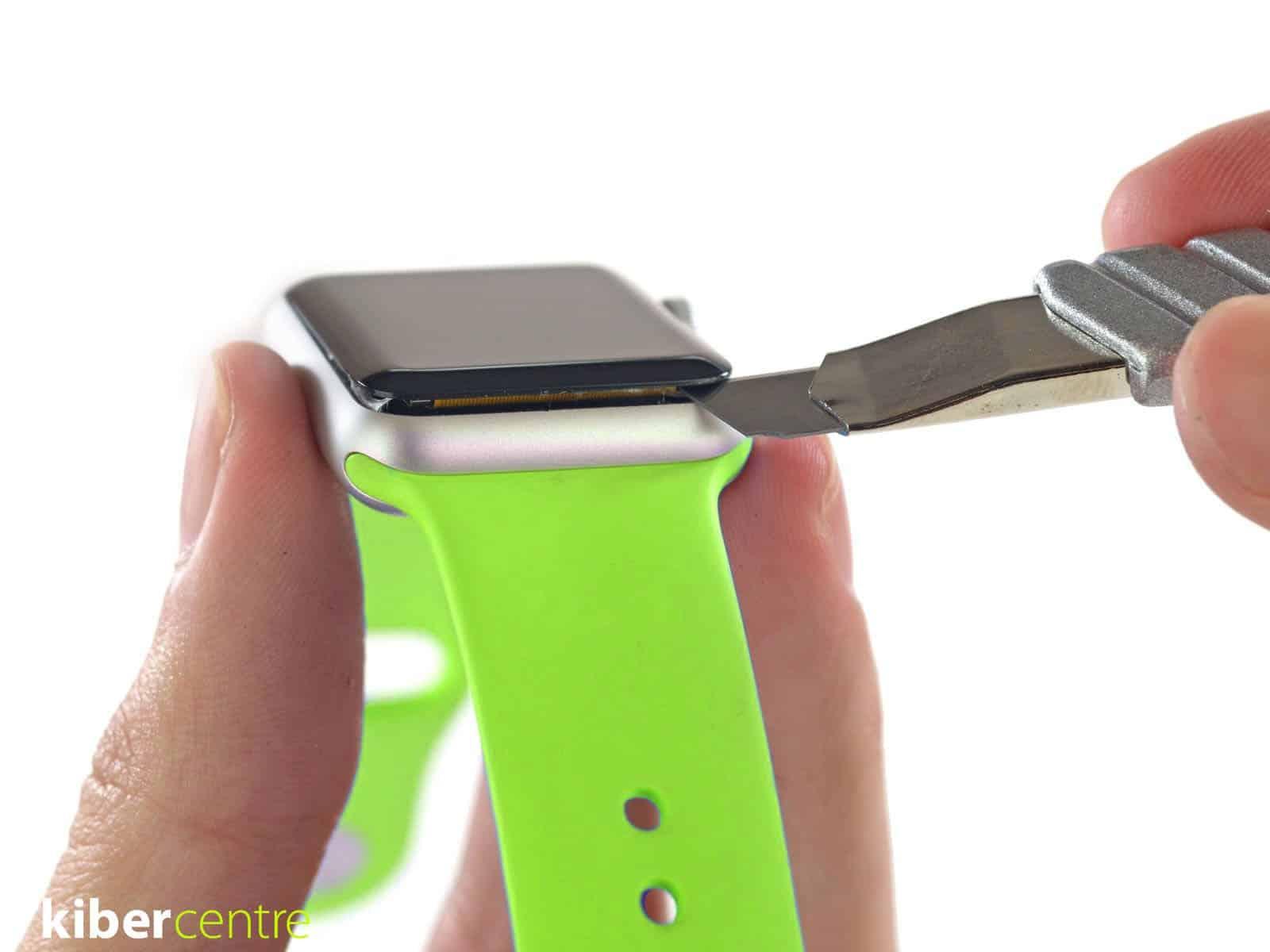 Мастер заменяет экран в apple watch