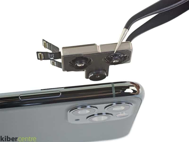 Мастер вынимает модуль камеры